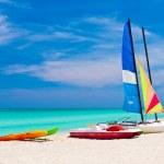 Barcos à vela na bela praia de varadero em cuba — Foto Stock