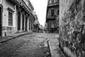 Scène urbaine avec des bâtiments minables dans la vieille havane — Photo