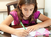 Mała dziewczynka hiszpanin pracy na jej pracę domową — Zdjęcie stockowe