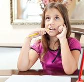 Küçük i̇spanyol kız ödevini üzerinde çalışma — Stok fotoğraf