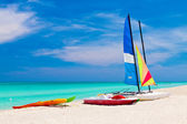 Sailing boats on the beautiful beach of Varadero in Cuba — Stock Photo