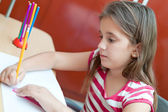 Belle fille hispanique travaillant sur ses devoirs — Photo