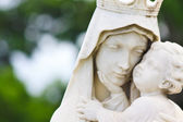 Beautiful marble statue of the Vigin Mary carrying the baby Jesus — Stock Photo