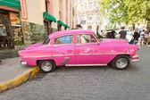 классический автомобиль перед эль флоридита в гаване — Стоковое фото