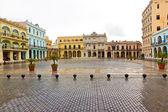 Raining in La Plaza Vieja,a landmark in Old Havana — Stock Photo