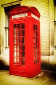 Imagen retro de una cabina de teléfono de londres rojo típico — Foto de Stock