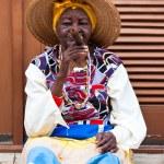 ženy ve staré Havany kouření kubánské doutníky — Stock fotografie