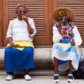 Women in Old Havana smoking cuban cigars — Photo