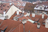 Rotes dach der gebäude in prag — Stockfoto