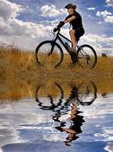 Jonge vrouw mountainbiken — Stockfoto