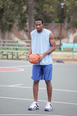 Basketball player on the court — 图库照片
