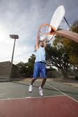 Basketbalspeler opknoping van de hoepel — Stockfoto