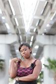 Mujer en un entorno urbano — Foto de Stock