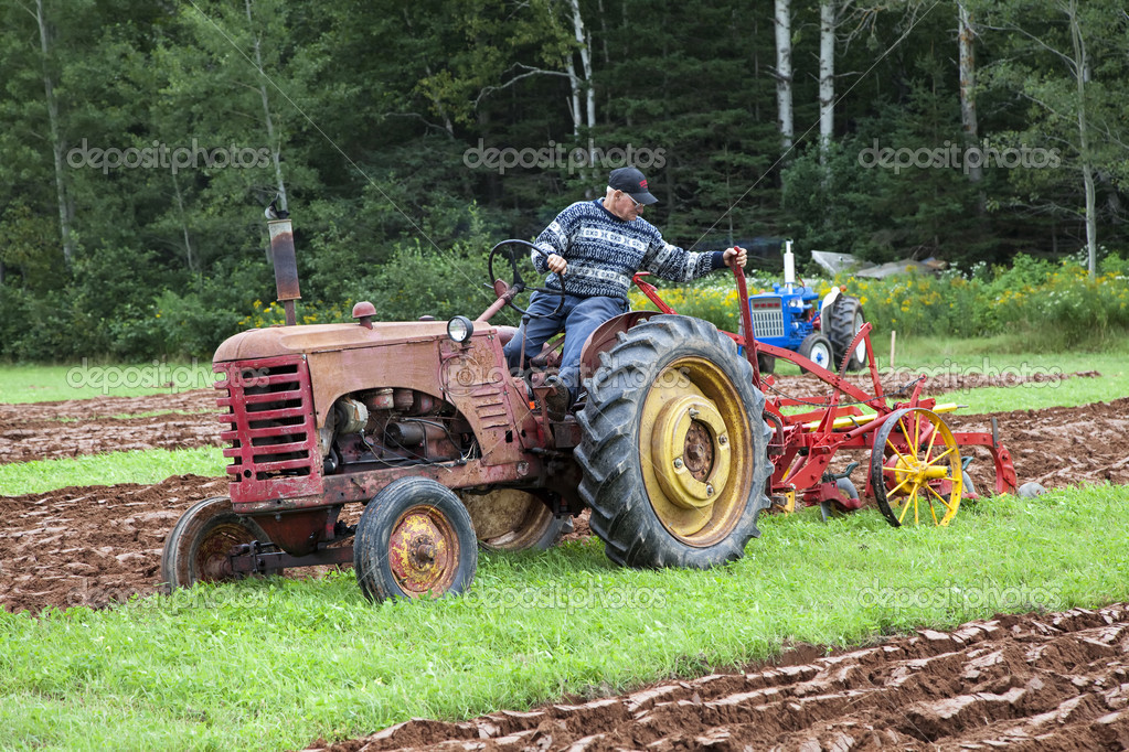 Dundas, Prince Edward Island, Canada - August 26, 2011: A competitor on an antique tractor in the 71st annual plowing match in Dundas, a community in rural Prin — Stock Photo #7977780