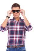 člověk nasadil sluneční brýle — Stock fotografie