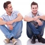 due uomini casuali seduto su uno sfondo bianco — Foto Stock
