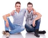 Kameraya gülümseyen iki arkadaş — Stok fotoğraf