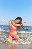 Tropické žena šplouchání — Stock fotografie