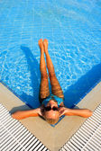 Kvinna som njuter av en pool — Stockfoto