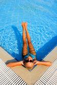 Mujer disfrutando de una piscina — Foto de Stock