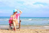 Genç kızın rahatlatıcı beach — Stok fotoğraf