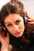 Mädchen sitzen auf Treppe Kopfhörer anhören — Stockfoto