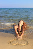 Attraktiva flicka på stranden — Stockfoto