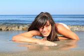 Bella donna sulla spiaggia — Foto Stock