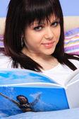 Vacker flicka läser tidningen — Stockfoto