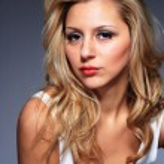ung, frisk och vacker kvinna — Stockfoto
