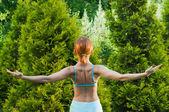 Slim mulher fazendo exercícios de ioga — Foto Stock