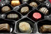 チョコレートの詰め合わせ白い背景の上のボックス — ストック写真