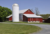 Red barn and silo in rural Pennsylvania — Stock Photo