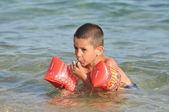 Niño aprendiendo a nadar en el mar — Foto de Stock