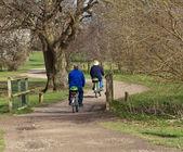 男人和女人骑电动自行车 — 图库照片