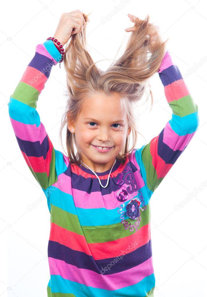 可爱的小微笑女孩戏剧与她的头发上白色隔离