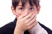 Två händer som täcker munnen av förvånad tonåring isolerad på vit — Stockfoto