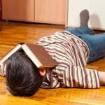床の上で読みながら眠りに落ちた 10 代の少年 — ストック写真 #9001421