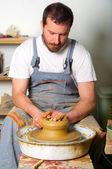 Hantverkare gör vas från färska våt lera på keramik hjul. — Stockfoto