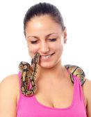 Мило улыбается девочка-подросток, играя с небольшой python любимчика, изолированные на белом — Стоковое фото