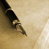Шариковая ручка на старой бумаге возрасте — Стоковое фото