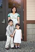 Madre embarazada asiática y sus hijos — Foto de Stock