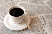 Kahve içerken gazete — Stok fotoğraf