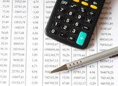 Grafico con calcolatrice e penna — Foto Stock