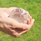 Glob w ręku — Zdjęcie stockowe