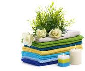 Lázně ručníky s bílou růží — Stock fotografie