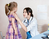 The doctor examines the child — Stock Photo