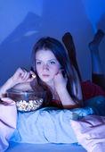 Dziewczyna oglądania telewizji — Zdjęcie stockowe