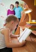 Een meisje leest een boek — Stockfoto