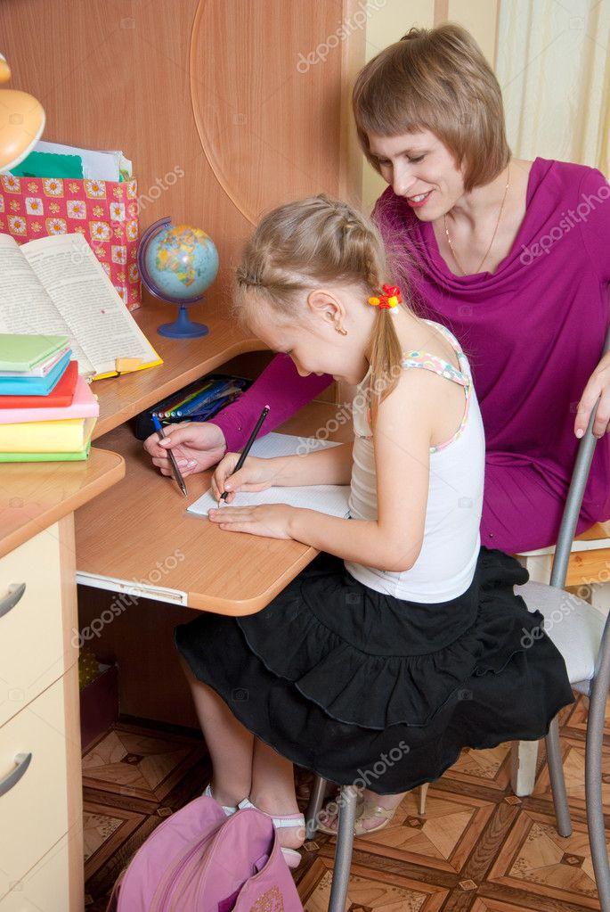 Дівчина робить уроки - Стокове фото Genika #8343765
